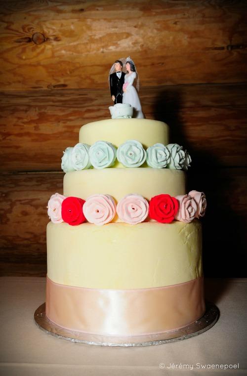Les mariés voulaient un faux gâteau pour jouer un tour aux invités, et le plus quétaine possible SVP!