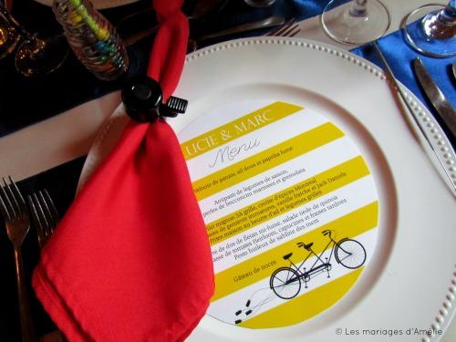 Touche unique : une clochette de vélo faisait office de rond de serviette.  Les invités les ont fait sonner pour que les mariés s'embrassent.